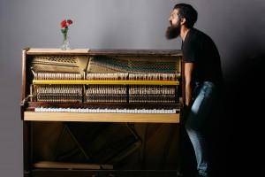 Man met piano, piano verhuizen