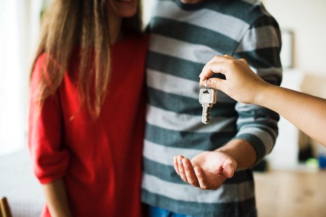 Stel krijgt sleutels van hun nieuwe huis en moet nu alles gaan verhuizen